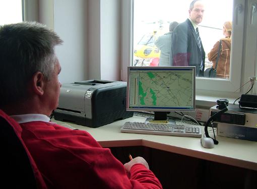 Műszaki személyzet irányítja a helikopter útját