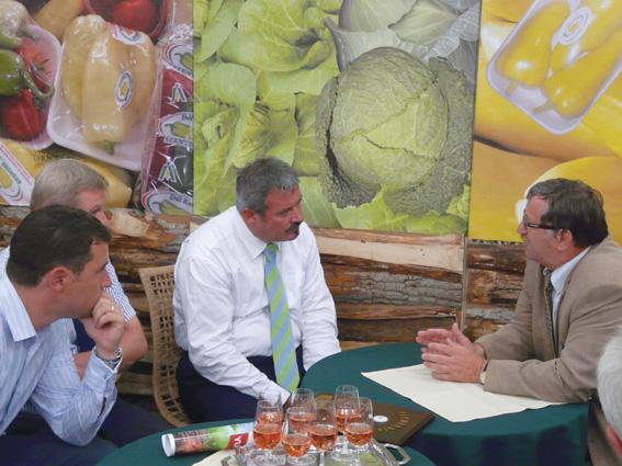 Ledó Ferenc (jobbról) tárgyalás közben