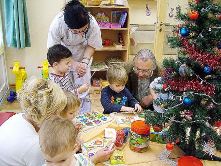 Horváth István is figyeli a gyerekek játékát