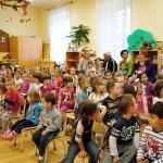 A gyerekek a műsor kezdetén megkapják a kis hangszereiket.