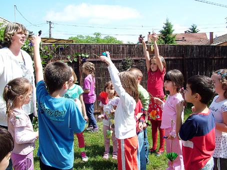 A gyerekek büszkék rá, hogy jól laktak a madárkáik.