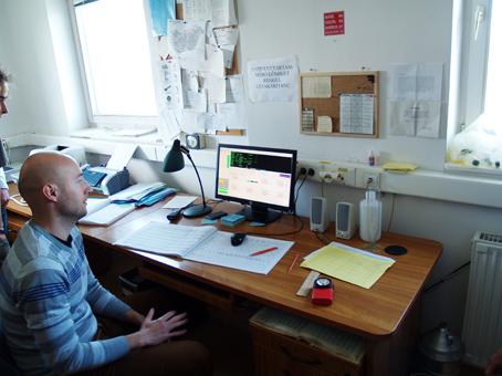 A mérési eredményeket számítógépen dolgozzák fel és továbbítják Budapestre.