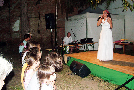 Ágoston Anita még szólóban operettrészleteket énekel.
