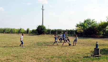 A gyerekek most is szívesen fociztak a gyepen.