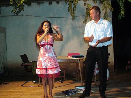 Anita első alkalmi táncpartnerrel.