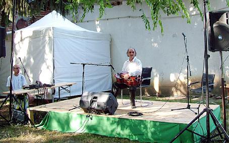Balla Tibor Arany Páva Nagydíjas népzenész tekerőn játszik.