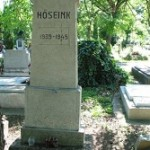 A temetőben.