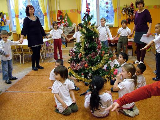A feldíszített karácsonyfát először ülték körbe.