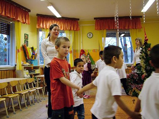 Az óvodában két csoportban nevelik az óvónők a gyerekeket.