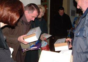 Csaba testvér a szentesiek ajándékainak örül.