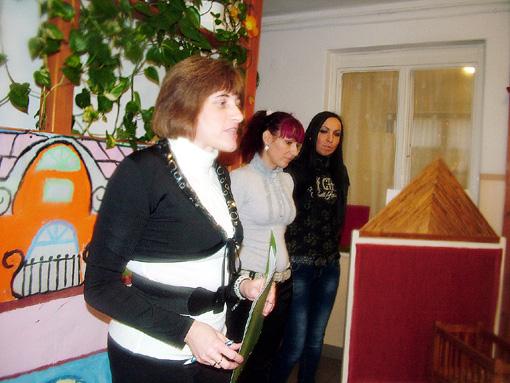 Szatmáriné Editke klubvezető és munkatársai köszöntik a vendégeket.