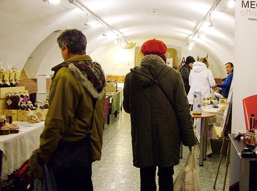 Kiállítás és vásár a pince helyiségben.