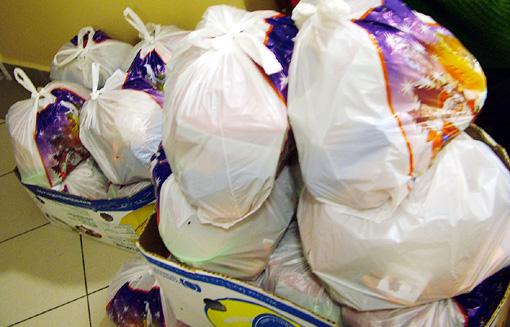 Tartós élelmiszer csomagok vártak kiosztásra.