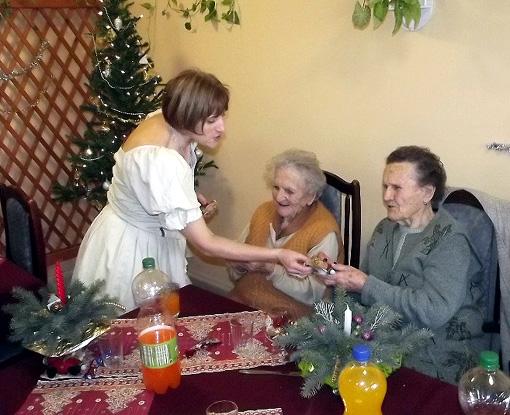A klub dolgozói megajándékozták az időseket.
