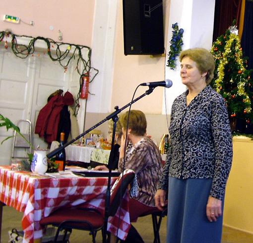 Pásztorné Margitka karácsonyi dalt énekelt.