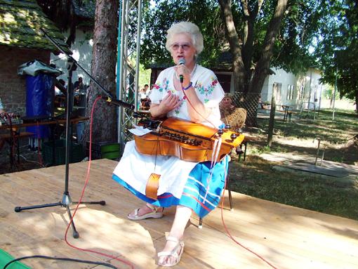 A hangszerkiállítást Zöldi Lászlóné Katika népzenész ajánlotta a közönség figyelmébe, aki később délalföldi dallamokat szólaltatott meg tekerőjén.