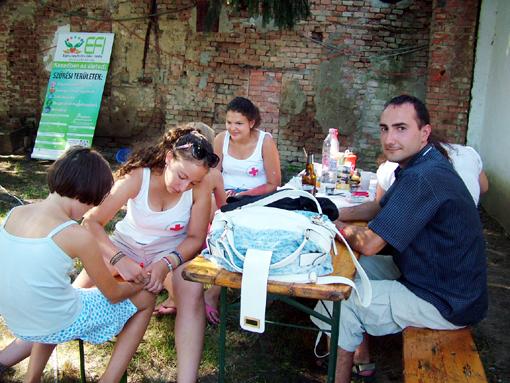 A helyi Vöröskereszt önkéntesei elsősegély ismeretekkel látták el az érdeklődőket.