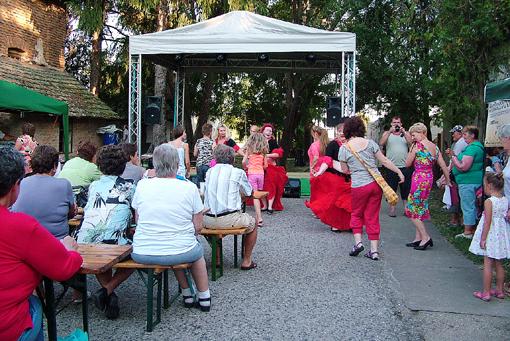 A régi malom tövében táncra csábító dallamokkal búcsúztak a hastáncos hölgyek.
