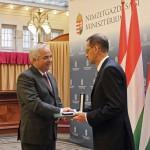 Mészáros Zoltán Varga Mihály nemzetgazdasági minisztertől veszi át a kitüntetést.