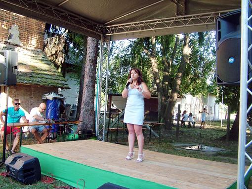 Redenczki Marcsi stand-up comedi műsorával szórakoztatja a közönséget.