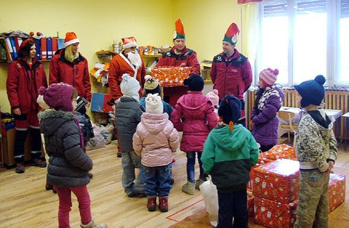 A Cserhát Mentőkutyás Egyesület sok-sok ajándékkal lepte meg a kicsiket.