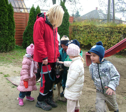 A gyerekek a bemutató végén megsimogathatták az okos kutyusokat.