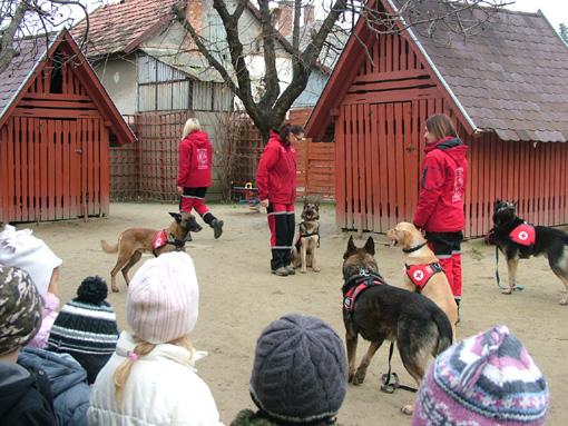 A város legkisebb megszűnőben lévő óvodájában nagyon örültek a gyerekek a látogatóknak.