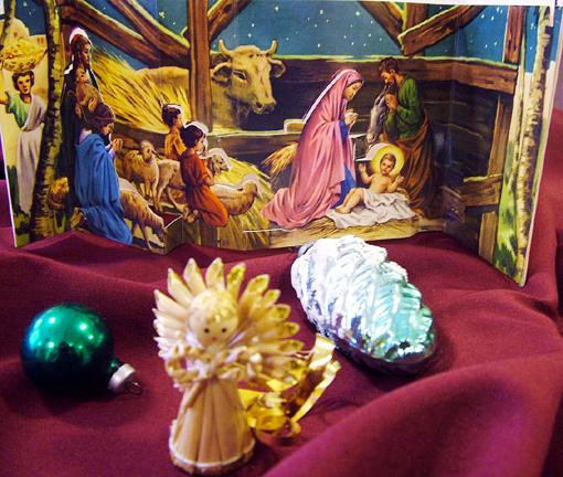 Böszörményiné Rózsa néni régi karácsonyi dekorációi. Különös értéke van a kihajtható papír dekorációnak (képeslapnak).