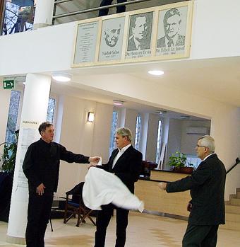 Dr. Dömsödi József, az alapítvány elnöke, Dr. Rébeli Szabó Tamás önkormányzati képviselő, bizottsági elnök és Dr. Demeter Attila alpolgármester leleplezte a pólós elődök arcképét.
