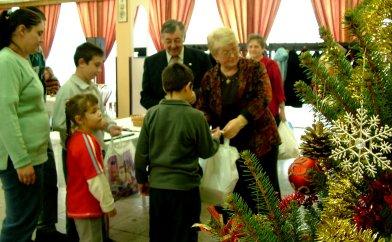 A Magyar házaspár átadja az ajándékokat_2.jpg