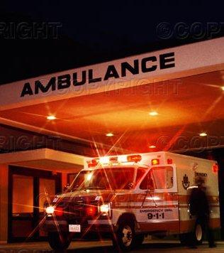 Mentővel érkezik az ambulanciára a sürgősen ellátandó beteg.jpg