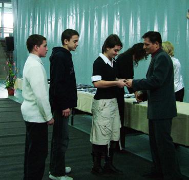 Kálmán_János_adja_át_a_díjakat.jpg