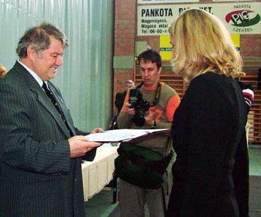 Szatmári_N_Szilvia_veszi_át_az_Év_sportolója_díjait, mivel László Csaba és Mikes Anna most is versenyzett.jpg